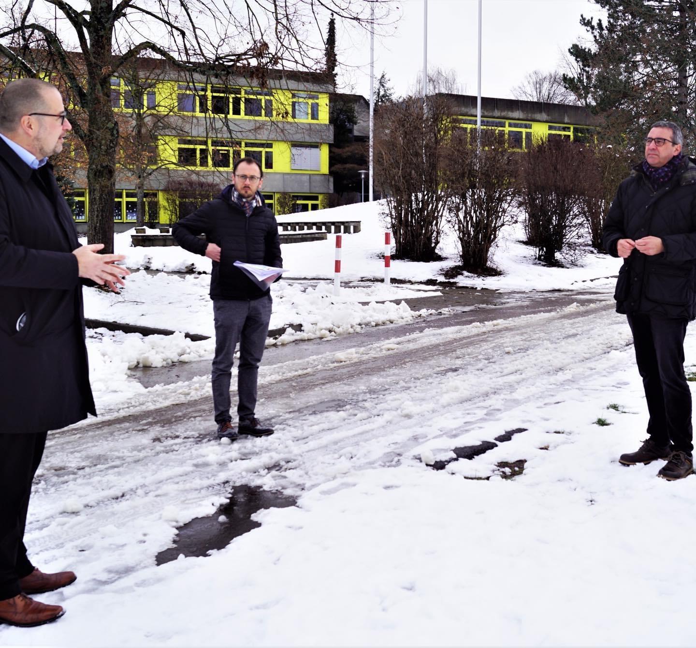 Gemeinsam mit unserem Leiter der Stadtwerke - Herrn Meier - stellen wir unserem Bundestagsabgeordneten - Herrn Pfeiffer - die Pläne für ein Hallenbad in Weinstadt vor
